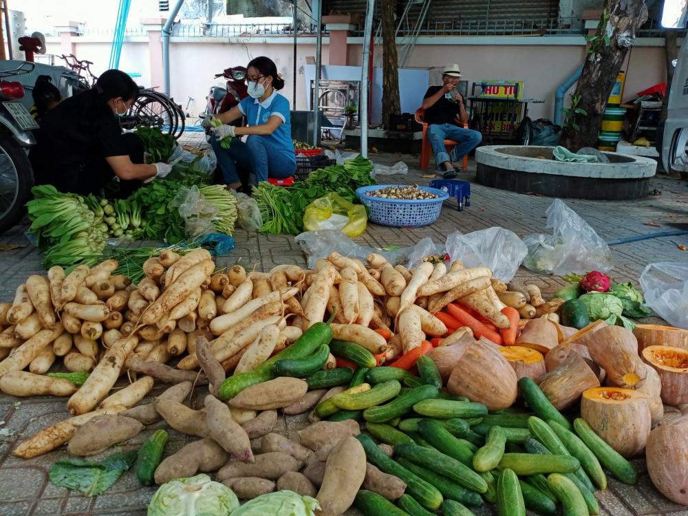Quà từ TP Buôn Mê Thuột trao đến bếp ăn của Hội LHPN Q. Tân Bình