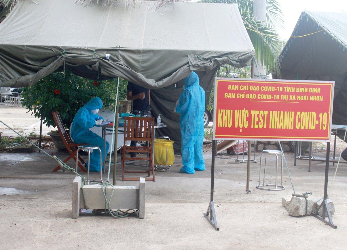 Chốt khai báo y tế  trên Quốc lộ 1A đoạn tại thôn Gia An Đông, xã Hoài Châu Bắc, TX Hoài Nhơn