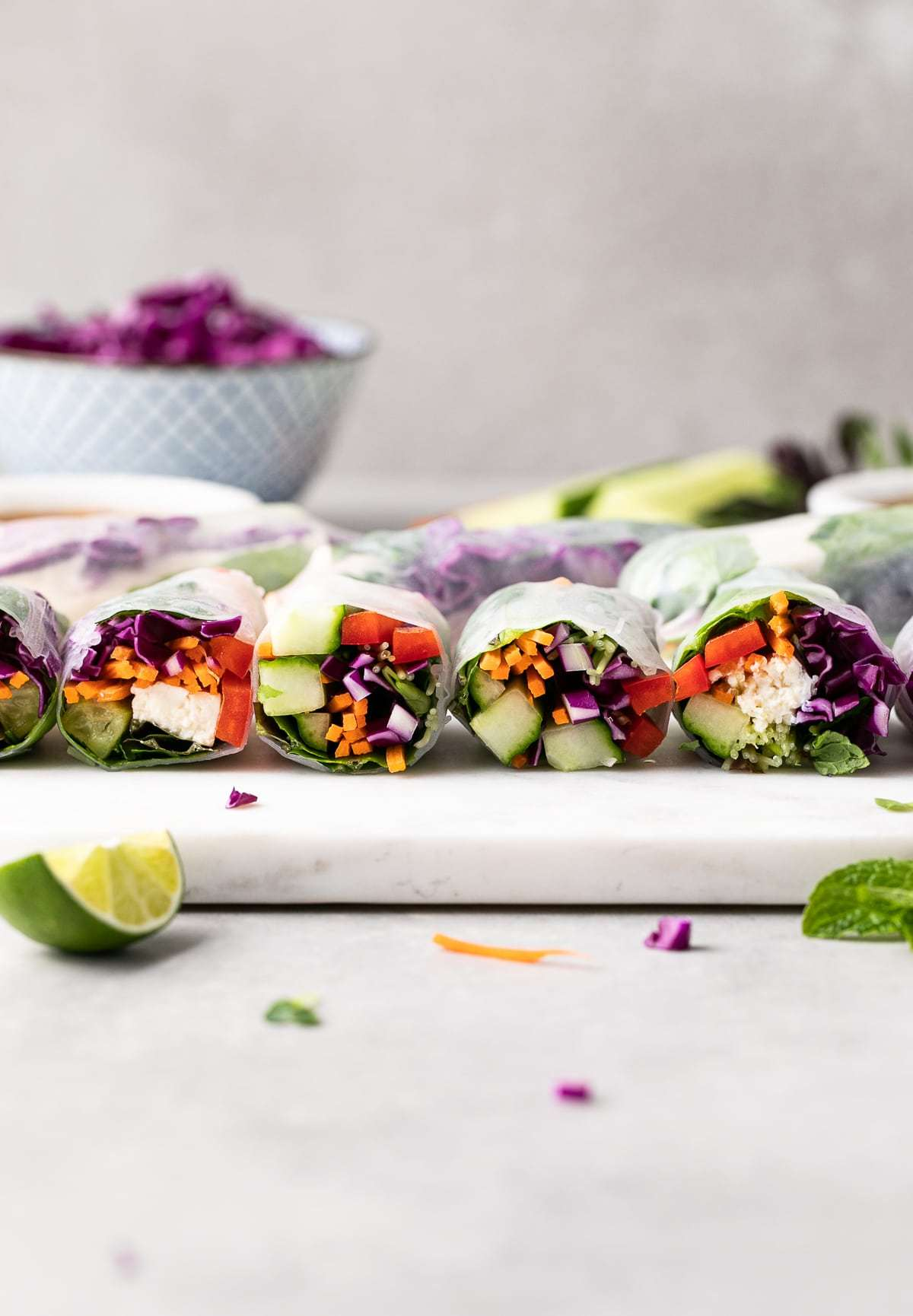 Việc thay thế tinh bột trắng (bún gạo) bằng đậu hủ, giúp những ai đã và đang tranh thủ giảm cân mùa giãn cách mạnh miệng hơn khi thưởng thức.