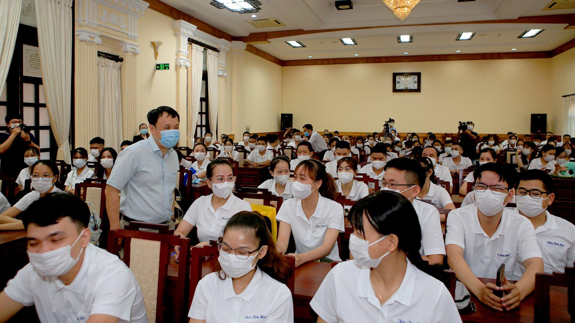 Từ sáng sớm tại Hôi trường UBND tỉnh Thừa Thiên Huế, GS,TS Phạm Như Hiệp, giám đốc Bệnh viện T.Ư Huế đã có mặt tại Hội trường UBND tỉnh để động viên đội thầy thuốc lên đường vào Nam làm nhiệm vụ