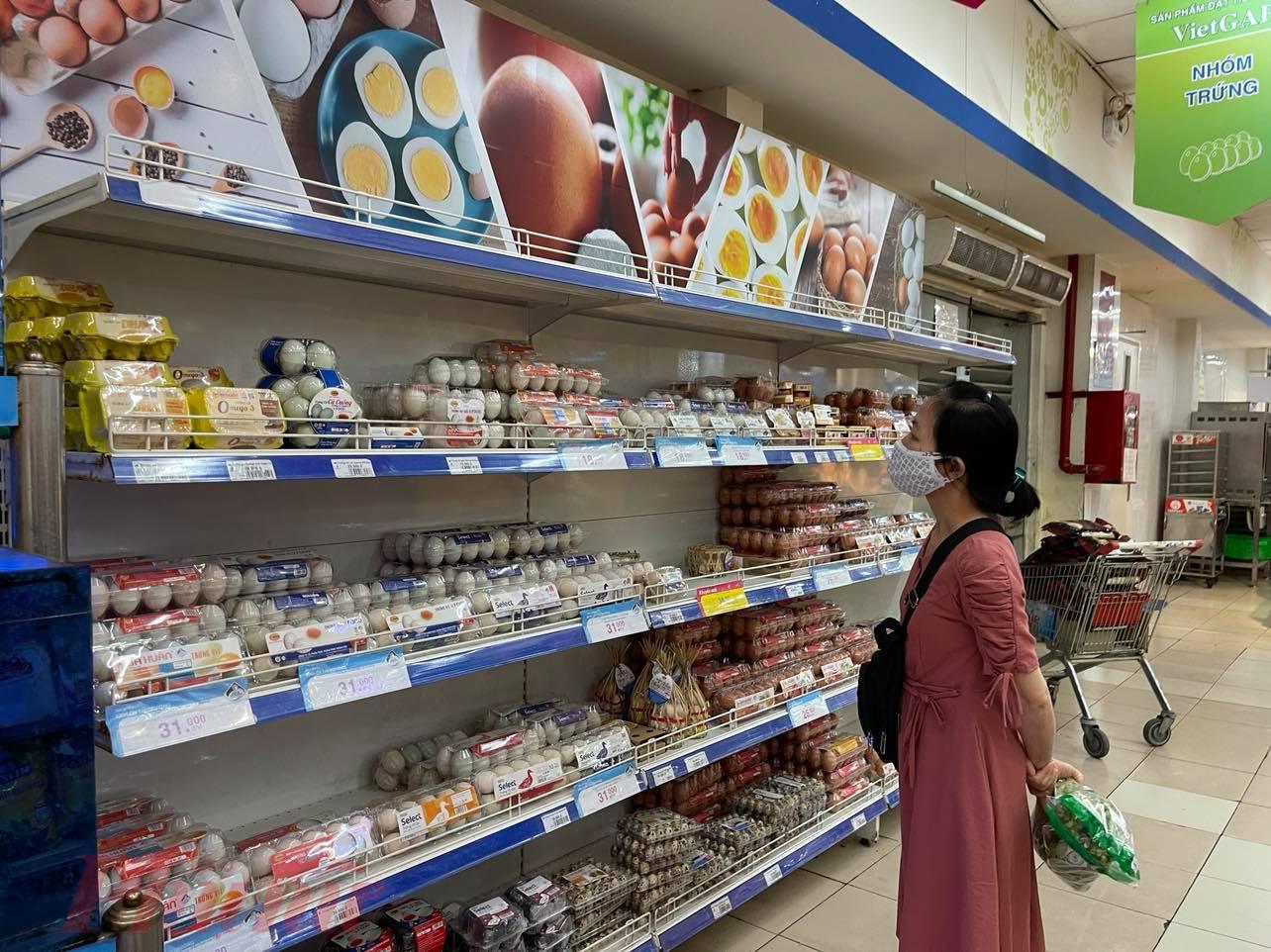 Một số siêu thị cảnh báo đang có tình trạng một số đối tượng mua gom trứng gà bán lại kiếm lời dẫn tới nhiều thời điểm thiếu hàng cục bộ.