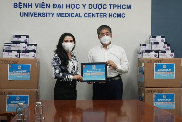 Bà Kim Oanh trao 10.000 bộ Kit xét nghiệm COVID-19 cho PGS.TS.BS Nguyễn Hoàng Bắc