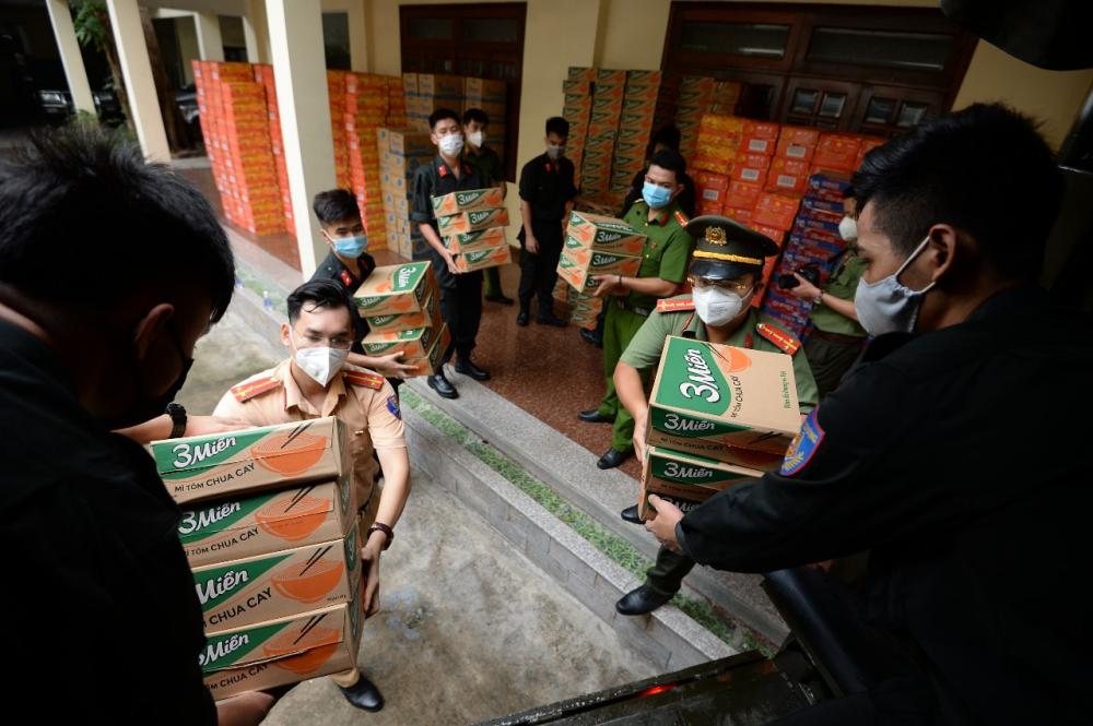 Đoàn vận chuyển quà tới tặng các đơn vị. Ảnh: Hội Phụ nữ Công an TP.HCM.