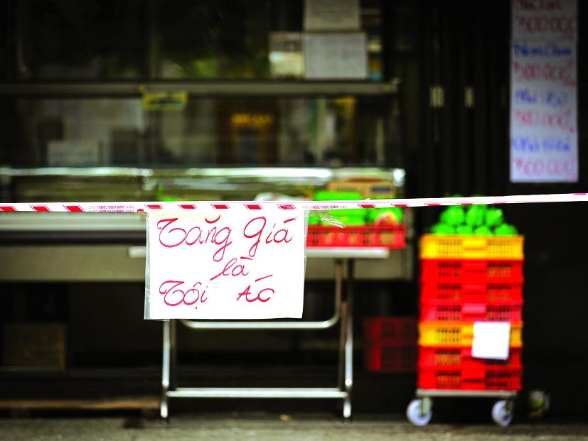 Trong hoang mang, những người lao đi mua vét thực phẩm đã không đủ bình tĩnh để nhớ rằng,  kể cả trong những lúc giãn cách nghiêm ngặt nhất, chúng ta vẫn có thể ra ngoài để mua  thực phẩm thiết yếu - Ảnh: Minh Hòa