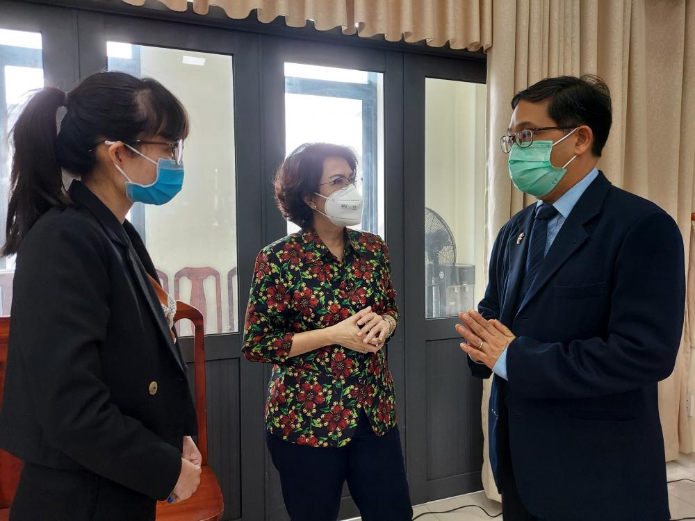 Tổng Lãnh sự Thái Lan tại TPHCM trao đổi với Chủ tịch Ủy ban MTTQ Việt Nam TPHCM Tô Thị Bích Châu về công tác phòng, chống dịch của TP, tin tưởng TPHCM sẽ sớm vượt qua khó khăn.