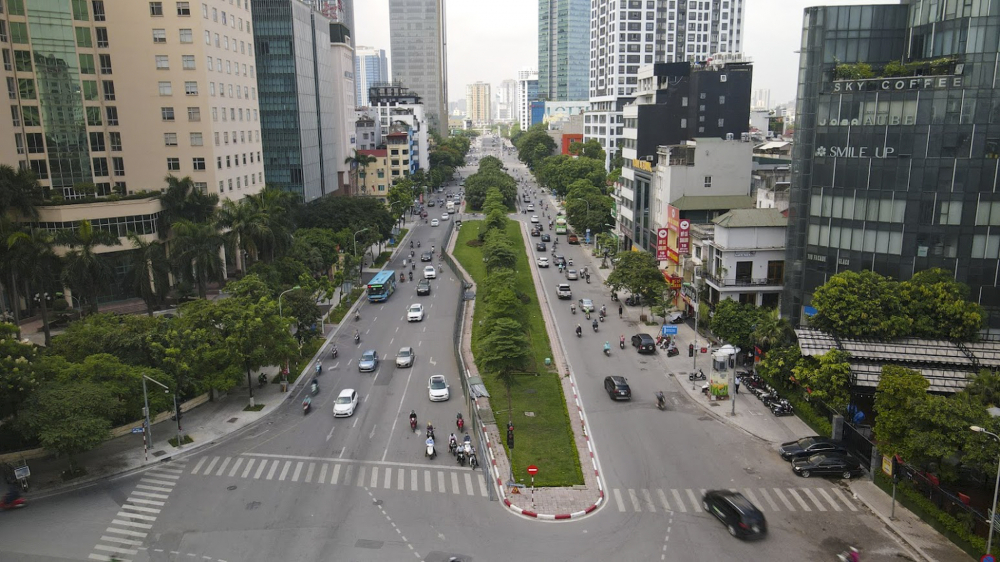 Từng được ví như con đường đẹp nhất Hà Nội, đường Liễu Giai (quận Ba Đình, Hà Nội) chuẩn bị được đơn vị thi công xén bỏ dải phân cách để mở rộng mặt đường.