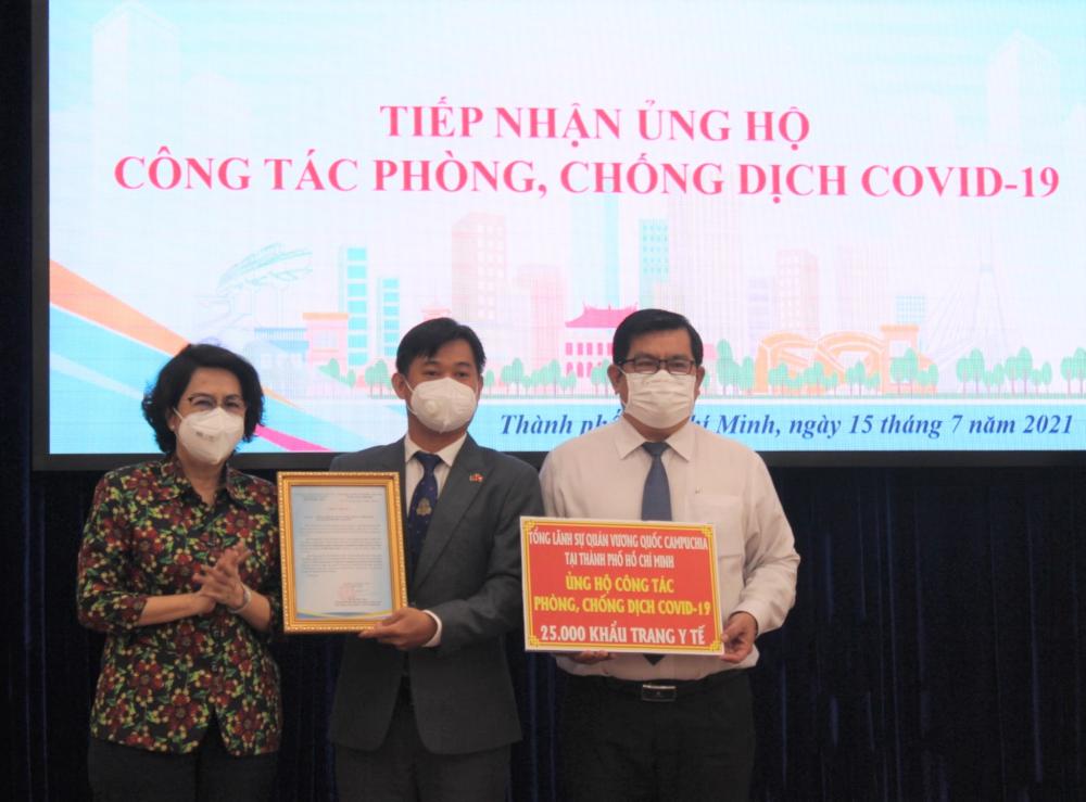 Tổng Lãnh sự quán Campuchia tại TPHCM trao tặng 25.000 khẩu trang y tế cho TPHCM.
