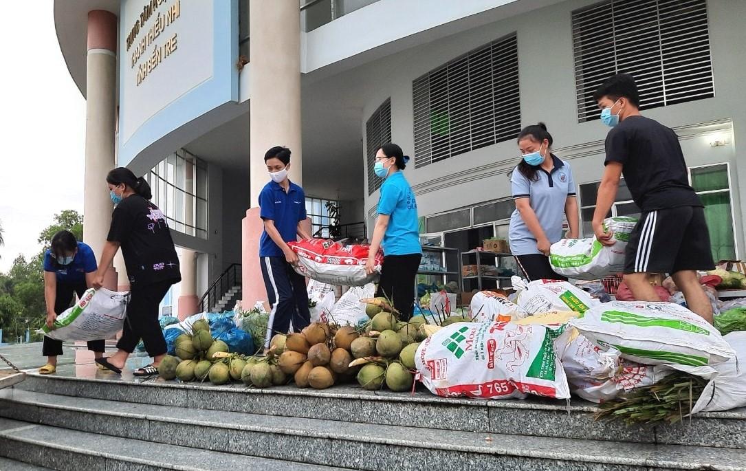 Người dân Bến Tre hỗ trợ nhu yếu phẩm về TPHCM hỗ trợ chống dịch