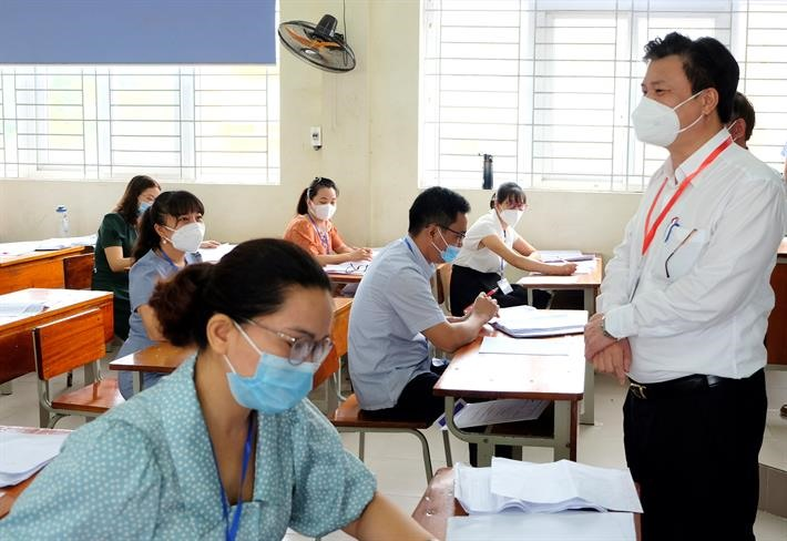 Thứ trưởng Bộ GD-ĐT Nguyễn Hữu Độ kiểm tra công tác chấm thi tại Yên Bái- Ảnh: Bộ GD-ĐT