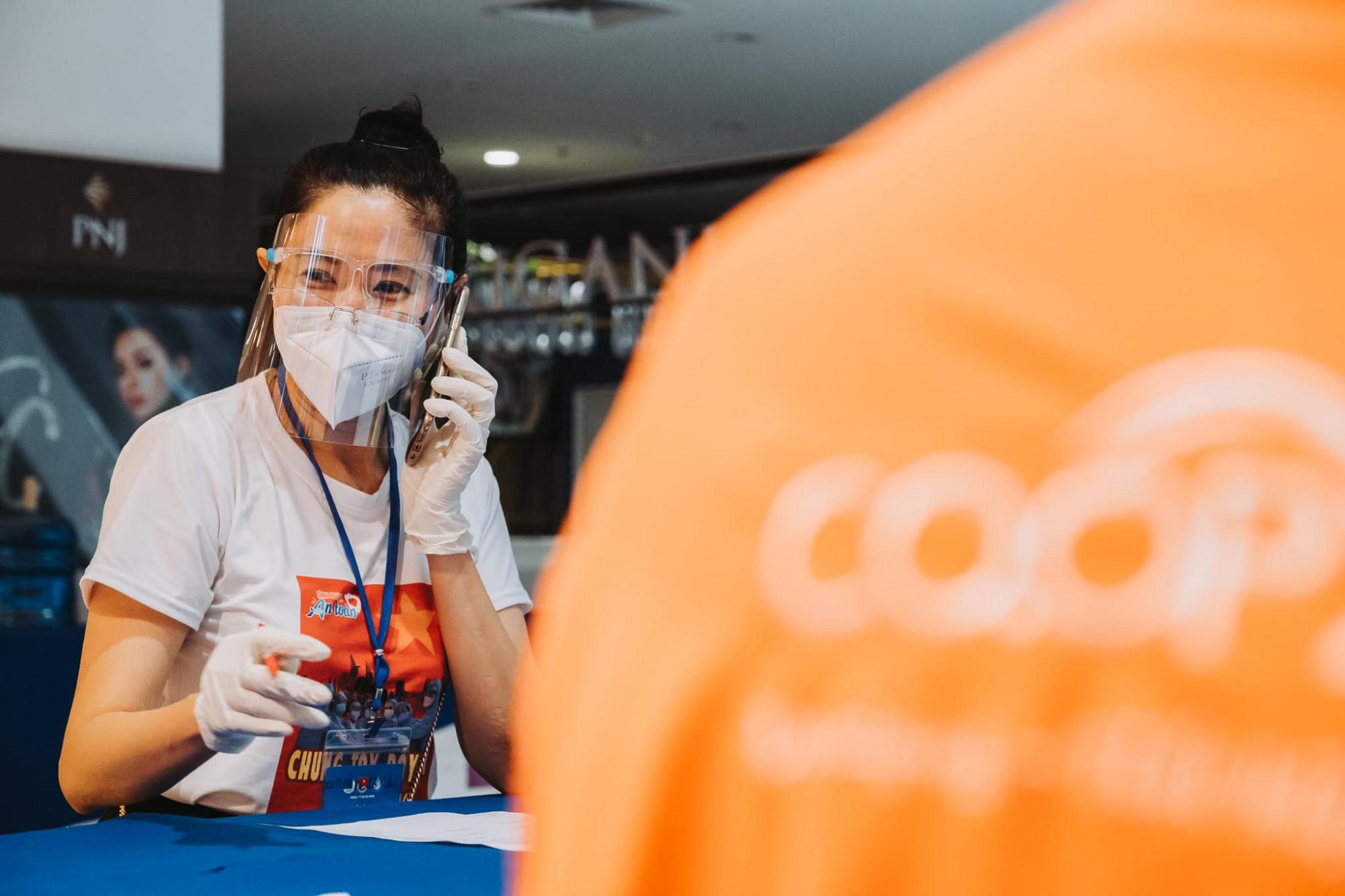 MC Quỳnh Hoa tất bật gọi điện thoại xác nhận và chốt đơn hàng cho người dân.