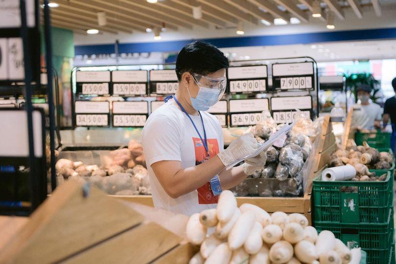 MC Nguyên Khang lựa chọn thực phẩm theo đơn đặt hàng của người dân.