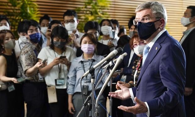 Chủ tịch Ủy ban Olympic Quốc tế Thomas Bach, bên phải, nói chuyện với các nhà báo sau cuộc gặp với thủ tướng Nhật Bản Yoshihide Suga tại Tokyo hôm thứ Tư. Ảnh: Kimimasa Mayama / AP.