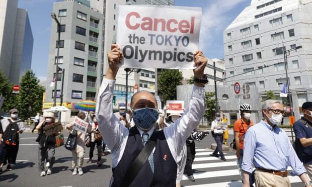 Các nhà hoạt động chống Thế vận hội cầm biểu ngữ trong cuộc biểu tình phản đối sự ở lại của chủ tịch IOC Thomas Bach ở Tokyo. Ảnh: Rodrigo Reyes Marin