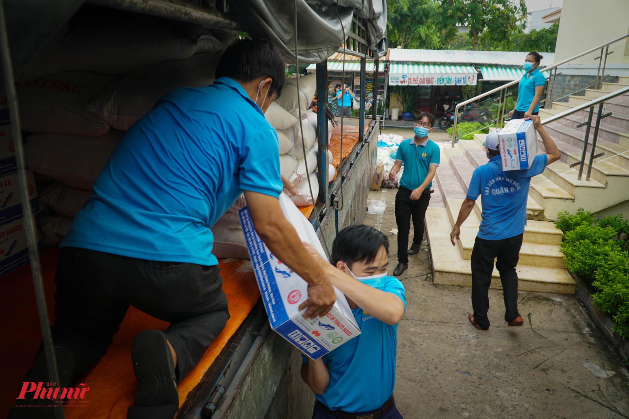 100 thùng cá hộp được tiếp nhận sẽ phân phát đều thep các quận