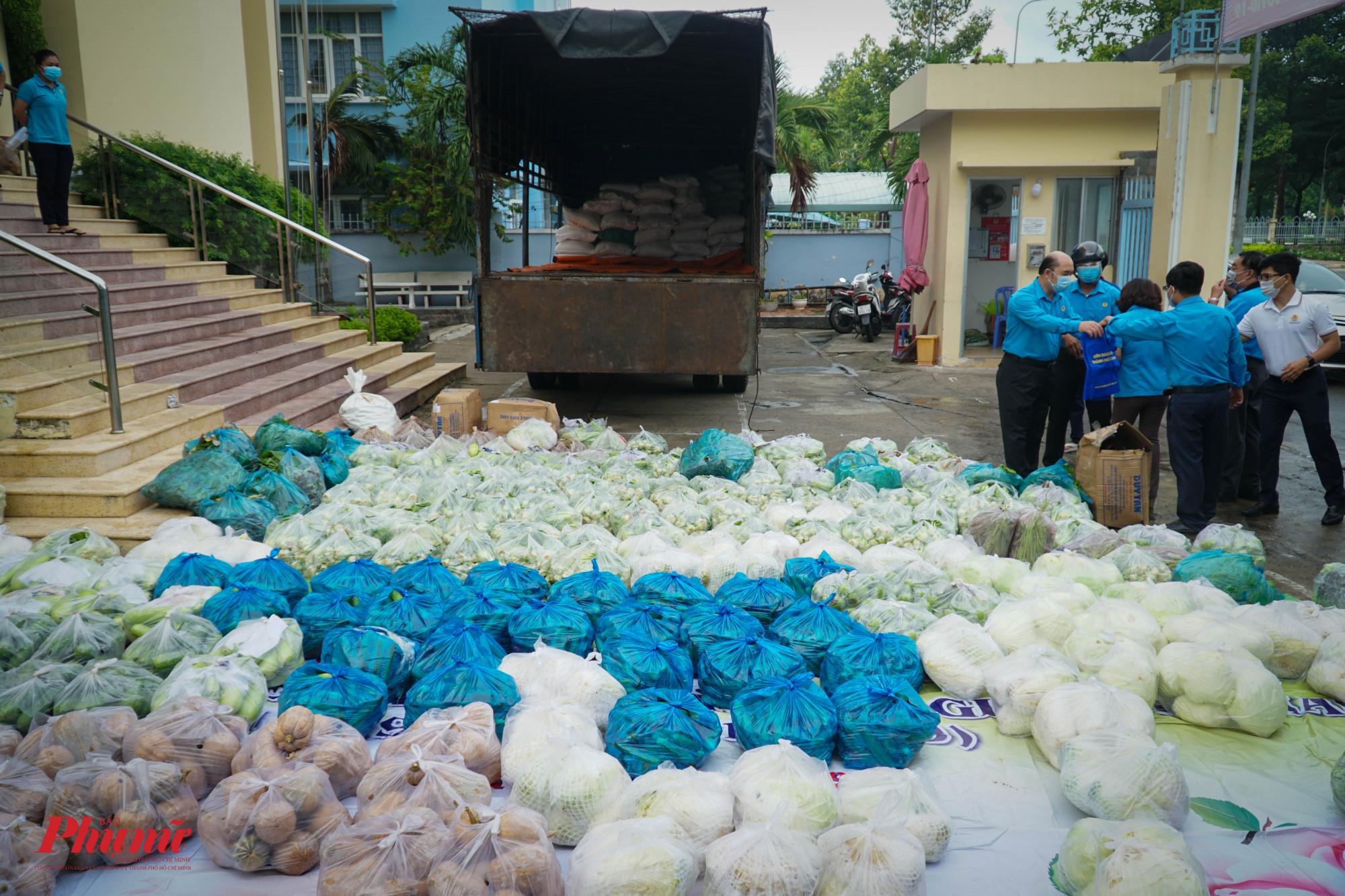 Tại Liên đoàn Lao động Quận 8, nông sản đã được phân loại thoe túi, để thuận tiện cho việc phân phát