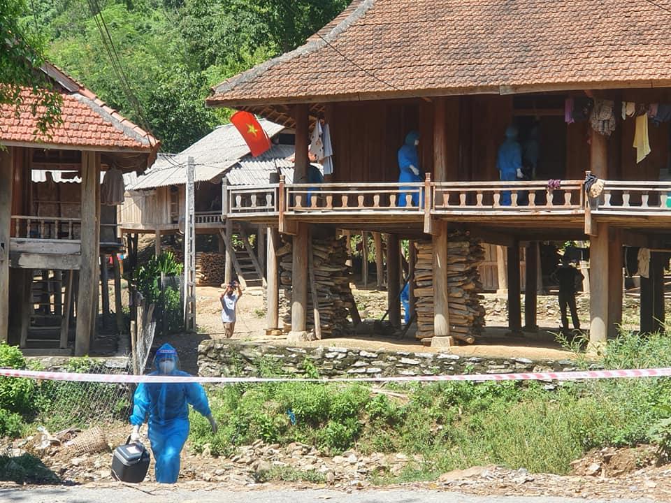 Lực lượng y tế đến tận nhà lấy mẫu xét nghiệm cho người dân bản Chăm Puông