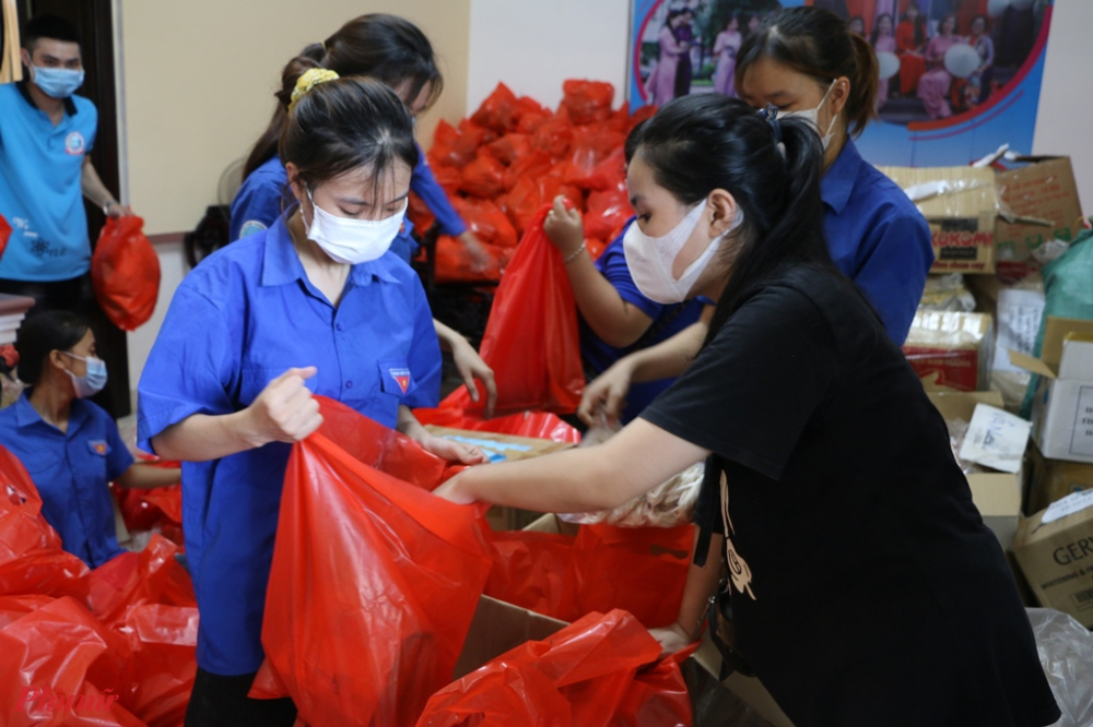 Tất cả số hàng hóa kể trên được các chi hội Phụ Nữ Huế từ cấp xã đến huyện đóng góp về Tỉnh hội để gửi tặng bà con Sài Gòn