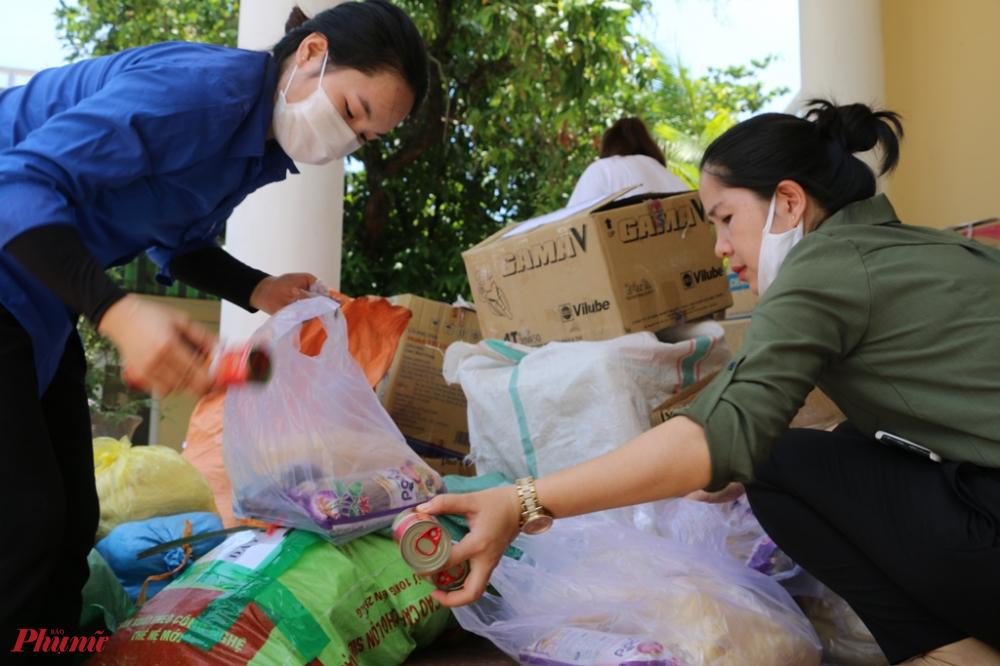Ngoài ra cá hộp, đậu phụng cùng bánh canh khô, ruốc kho cũng được gói tặng làm quà