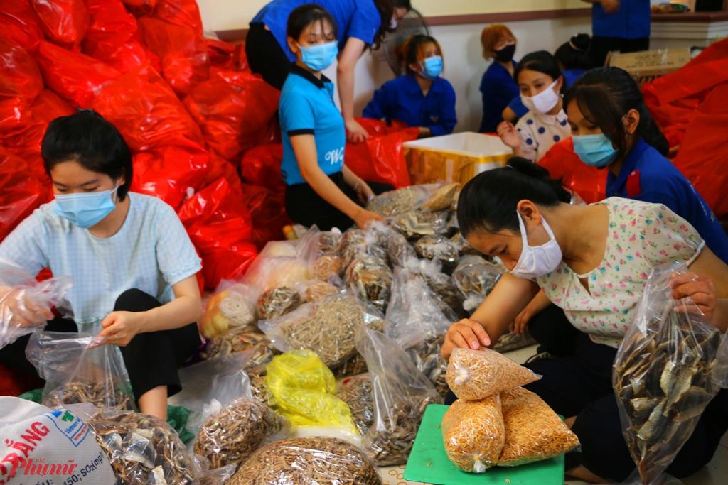 Những ngày qua, người dân Thừa Thiên Huế đã tự tay chế biến nhiều loại lương thực, thực phẩm... rồi đóng gói, gửi vào hỗ trợ bà con TP.HCM để chống dịch COVID - 19.