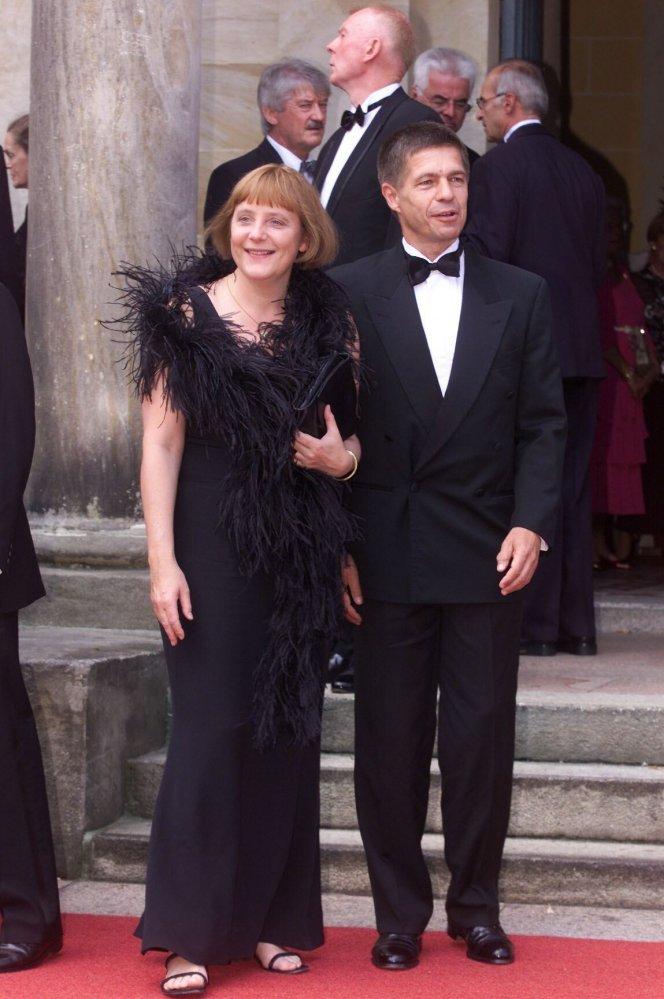 Một trong những lần xuất hiện đầu tiên trước công chúng vào năm 2001, bà Merkel trông khá quyến rũ trong một chiếc váy đen kết hợp với một chiếc boa lông vũ phù hợp. Kiểu tóc bob hơi bồng bềnh của bà khi đó khá khác so với kiểu tóc ngắn hơn được nữ thủ tướng ưa chuộng trong những năm gần đây.