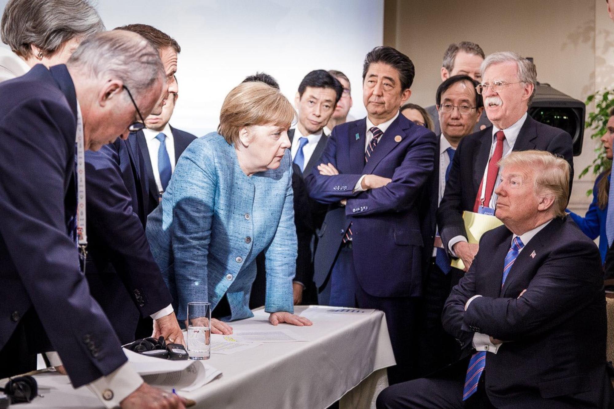Bức ảnh chụp bà Merkel cùng nhà lãnh đạo G7 khác trong cuộc họp của Hội nghị thượng đỉnh G7 ở Canada, vào năm 2018, đã lan truyền nhanh chóng vì biểu hiện quyết đoán của bà khi đối đầu với Tổng thống Mỹ Donald Trump. Trong dịp này, cô mặc một chiếc áo khoác pha vải lanh màu xanh nhạt.