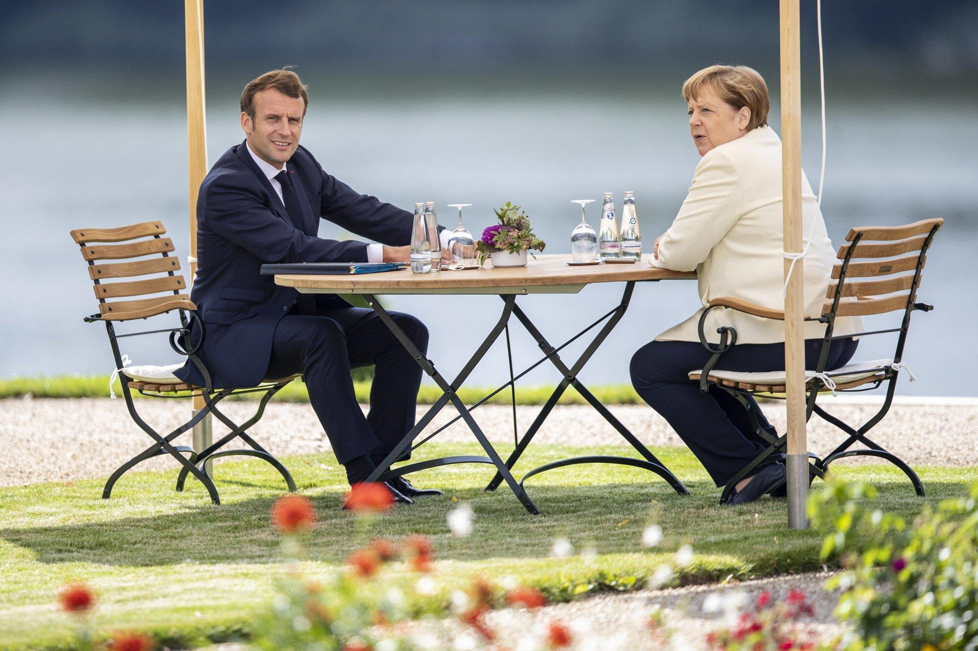 Vào thời điểm cao điểm của đại dịch COVID-19 vào tháng 6/2020, bà Merkel đã gây ấn tượng với một bộ trang phục đơn sắc - áo khoác trắng kết hợp với quần lọt khe màu đen - khi gặp Tổng thống Pháp Emmanuel Macron tại Đức.