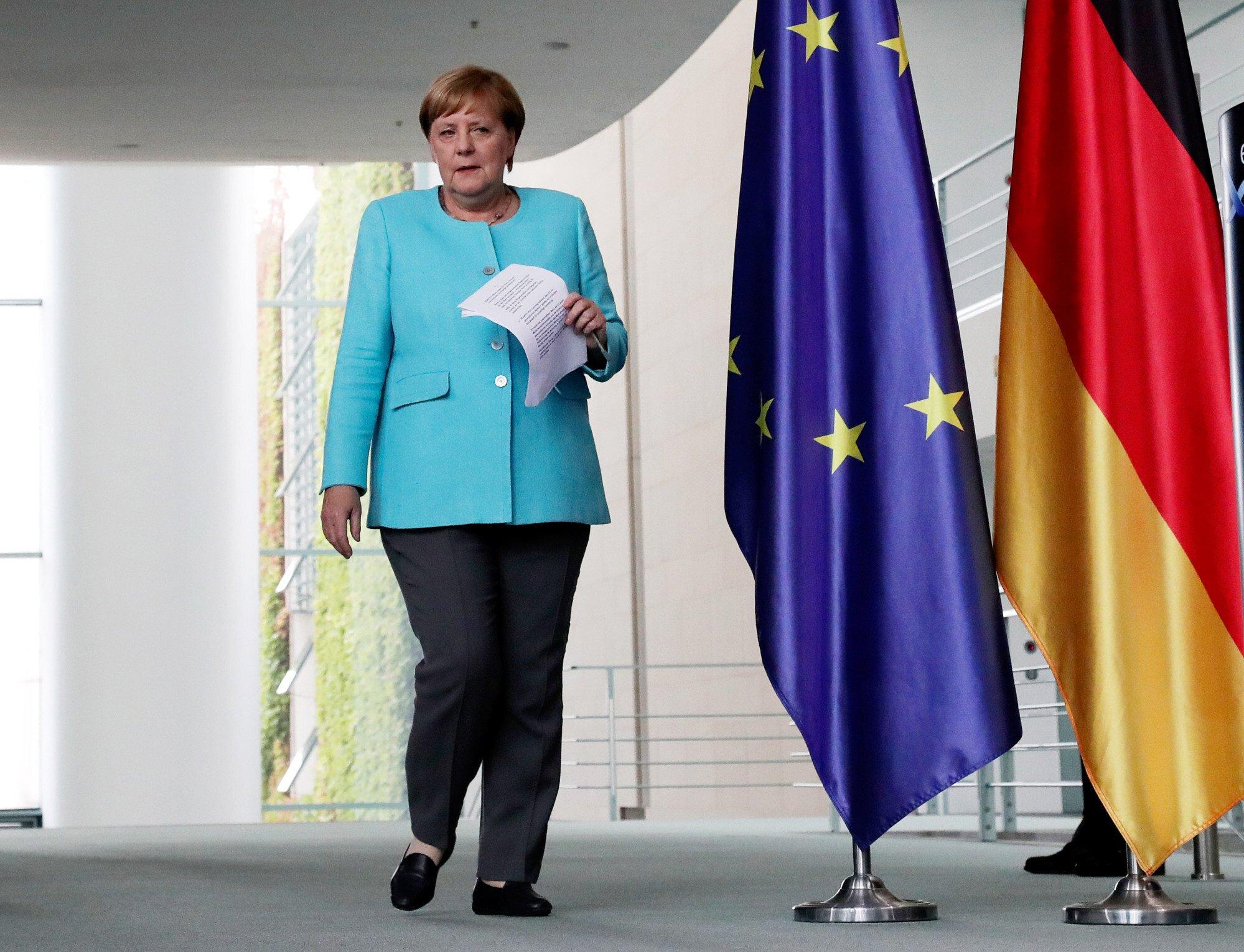 Vào tháng 8/2020, cô tham dự một cuộc họp báo tại Phủ Thủ tướng Liên bang ở Berlin, mặc một chiếc áo khoác màu ngọc lam sáng với quần đen và một đôi giày lười màu đen hợp lý.