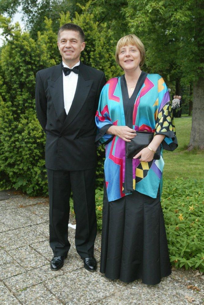 Năm 2002, lần hiếm hoi bà Merkel diện trang phục có họa tiết táo bạo, kết hợp váy đen với áo khoác kiểu kimono in nhiều màu.