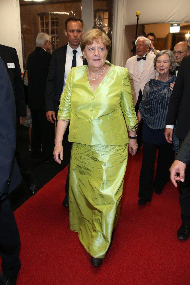 Sự tối giản của bà Merkel cũng được duy trì ngay cả trong các sự kiện thảm đỏ hay các buổi lễ hội, Thủ tướng không yêu thích gì hơn một chiếc áo khoác được thiết kế riêng. Thay vì chiếc quần ống rộng thông thường của mình, những sự kiện quan trọng bà sẽ kết hợp áo khoác taffeta màu vàng với một chiếc váy dài phù hợp.