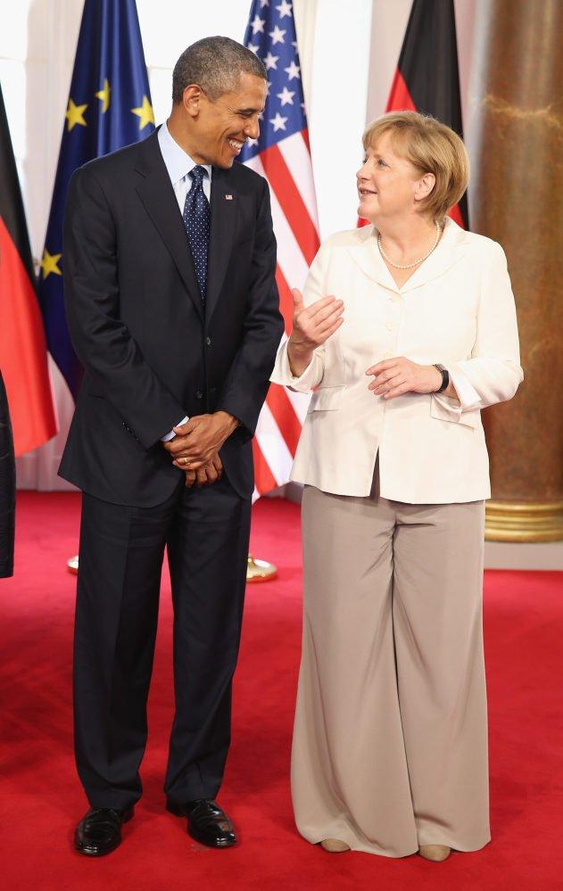 Vào tháng 6/2013, nhận dịp cựu Tổng thống Obama đến viếng thăm, bà Merkel đã chọn chiếc áo khoác màu kem kết hợp với quần ống loe rộng thùng thình màu nâu để tiếp đón ông. Bộ cánh này đã vấp phải nhiều sự chỉ trích vì chiếc quần quá dài, không phù hợp với tỷ lệ cơ thể của bà.
