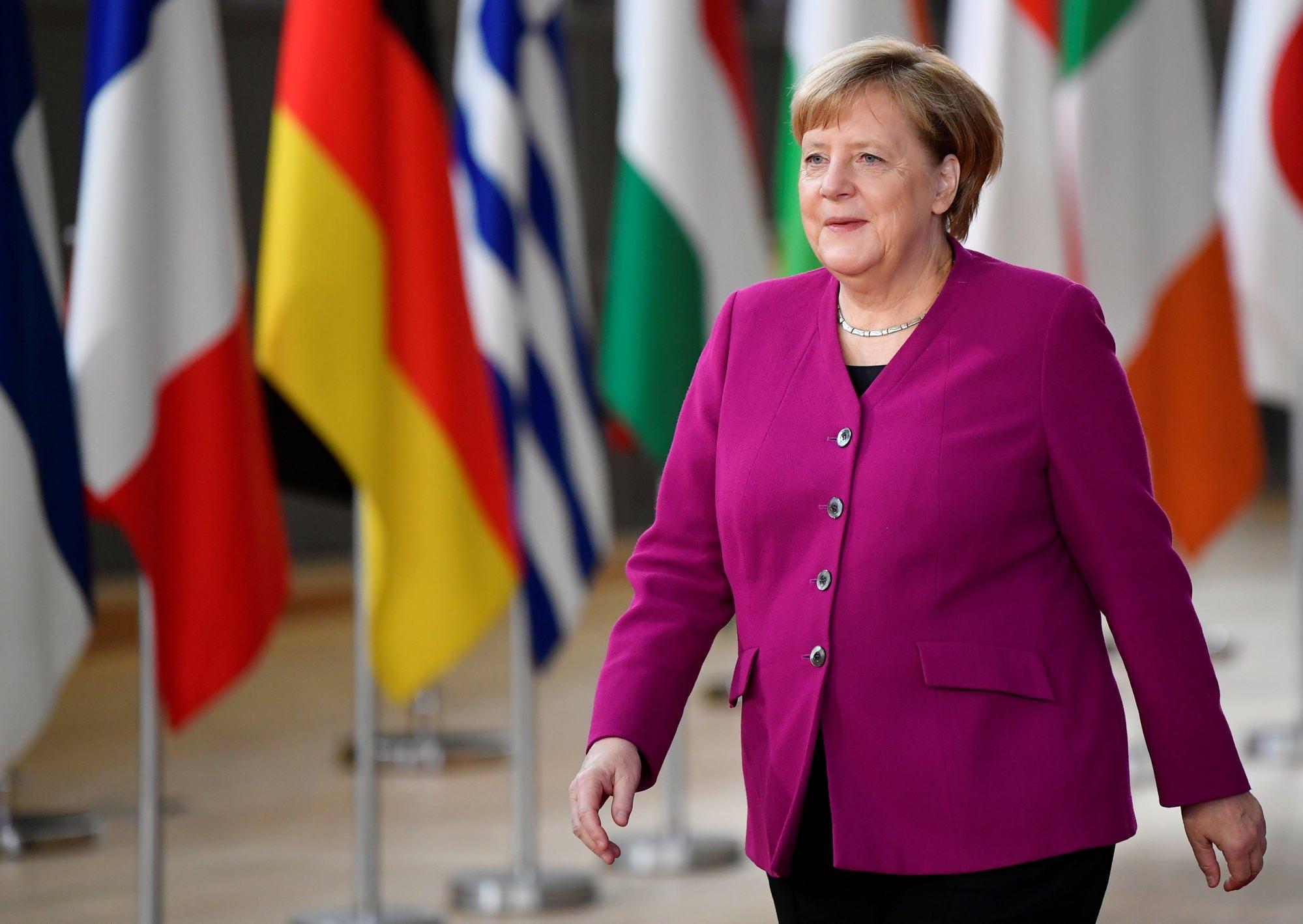 Vào tháng 10/2018, trong cuộc gặp với các nhà lãnh đạo Liên minh châu Âu tại Brussels, Bỉ, bà Merkel trông đầy quyền lực và trang trọng, mặc chiếc áo khoác một bên ngực màu aubergine kết hợp với một chiếc vòng cổ đơn giản và hầu như không trang điểm.