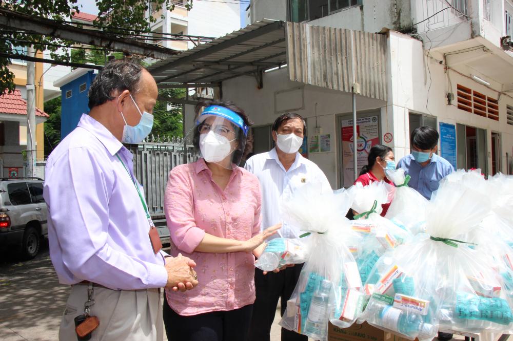 Chủ tịch Ủy ban MTTQ Việt Nam TPHCM Tô Thị Bích Châu đến thăm, động viên và tặng quà tại khu cách ly Ký túc xá Đại học Văn hóa TPHCM.