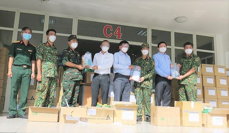 Trưởng Ban Dân vận Thành ủy TPHCM Nguyễn Hữu Hiệp trao quà cho các lực lượng làm nhiệm vụ tại khu cách ky Khu B - Ký túc xá Đại học Quốc gia TPHCM.