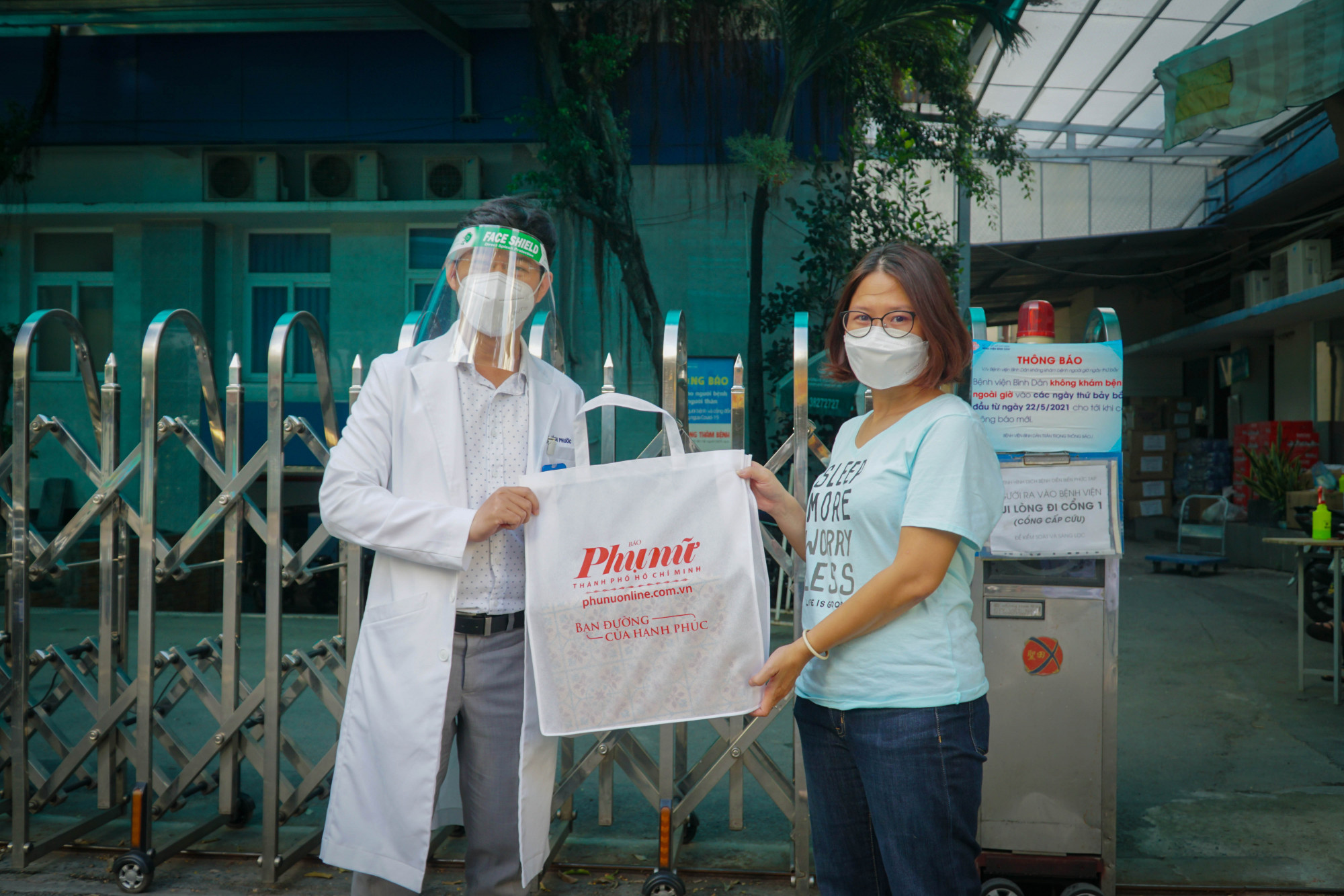 Báo Phụ Nữ TPHCM trao tặng máy đo nồng độ còn cho bệnh viên dã chiến thu dung số 8