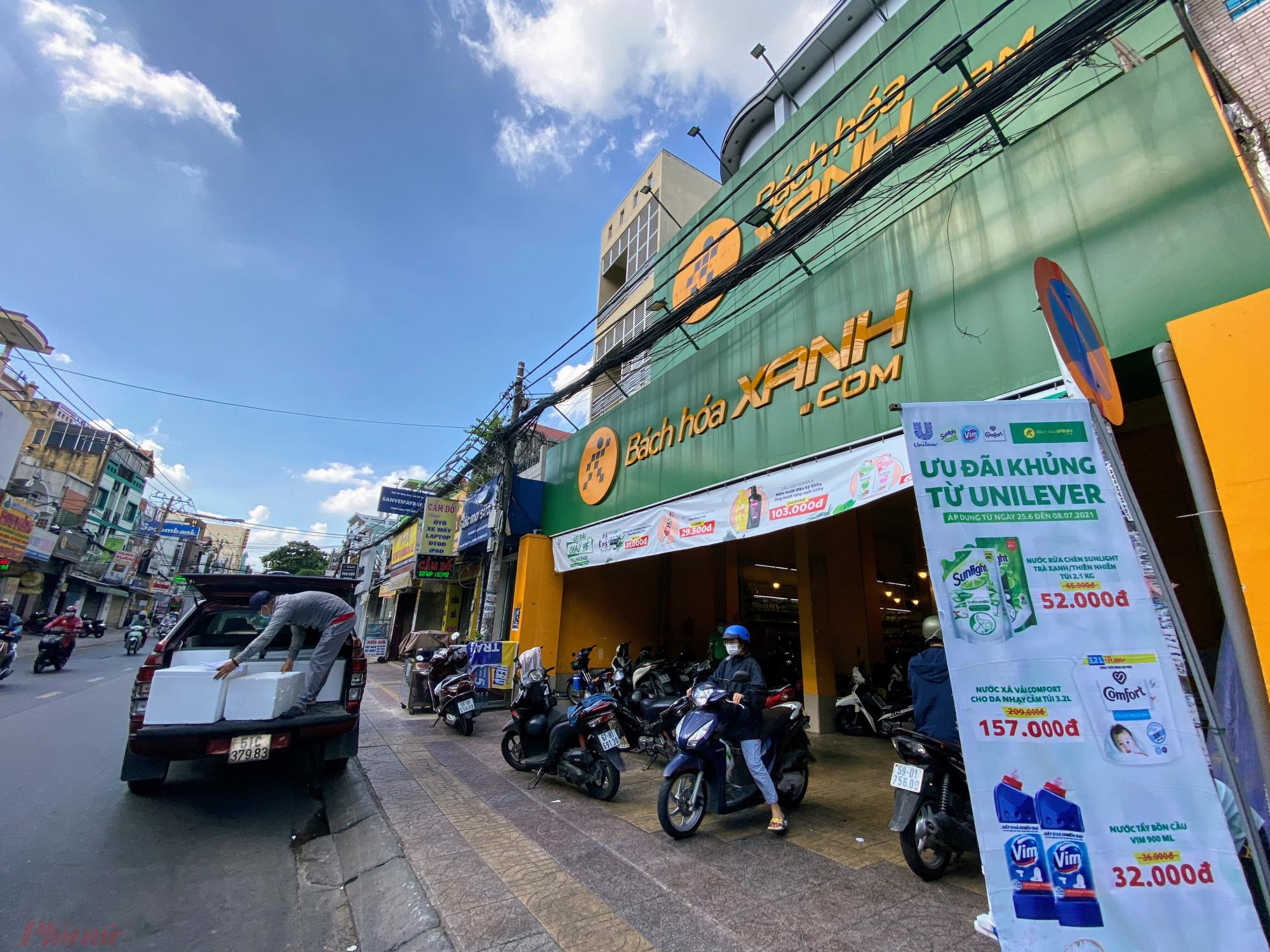 Người dân TPHCM mua hàng tại Bách hóa Xanh.