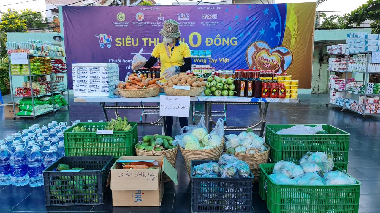 Siêu thị mini 0 đồng cung cấp thực phẩm thiết yếu cho người dân khó khăn tạo TP HCM.
