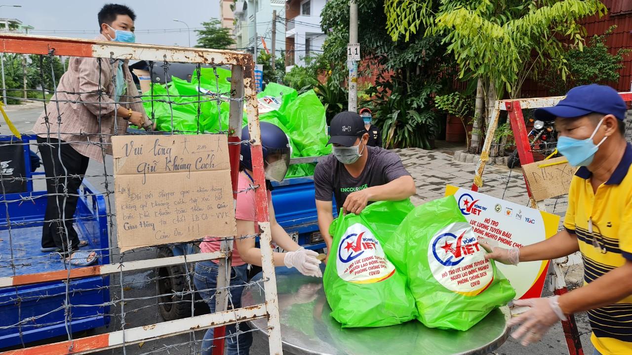 Vòng tay Việt trao quà tặng đến người dân ở khu phong tỏa tại TP HCM.