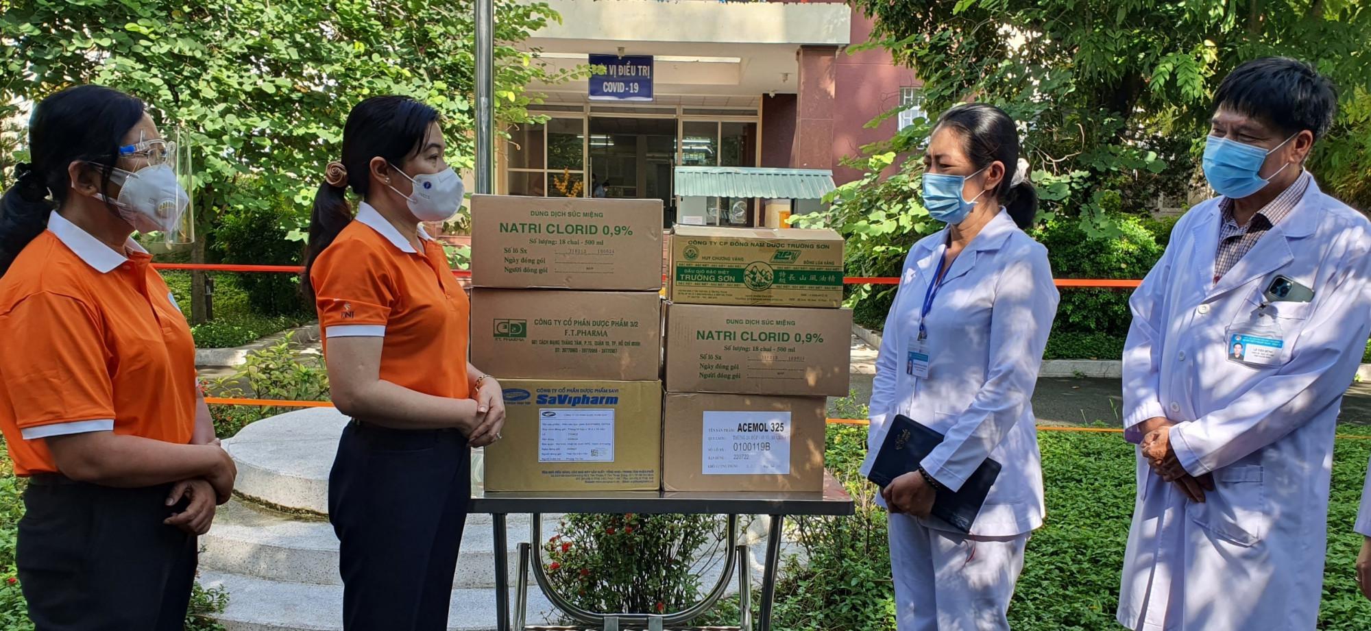 Đoàn tặng dược phẩm đến các bệnh viện điều trị bệnh COVID-19