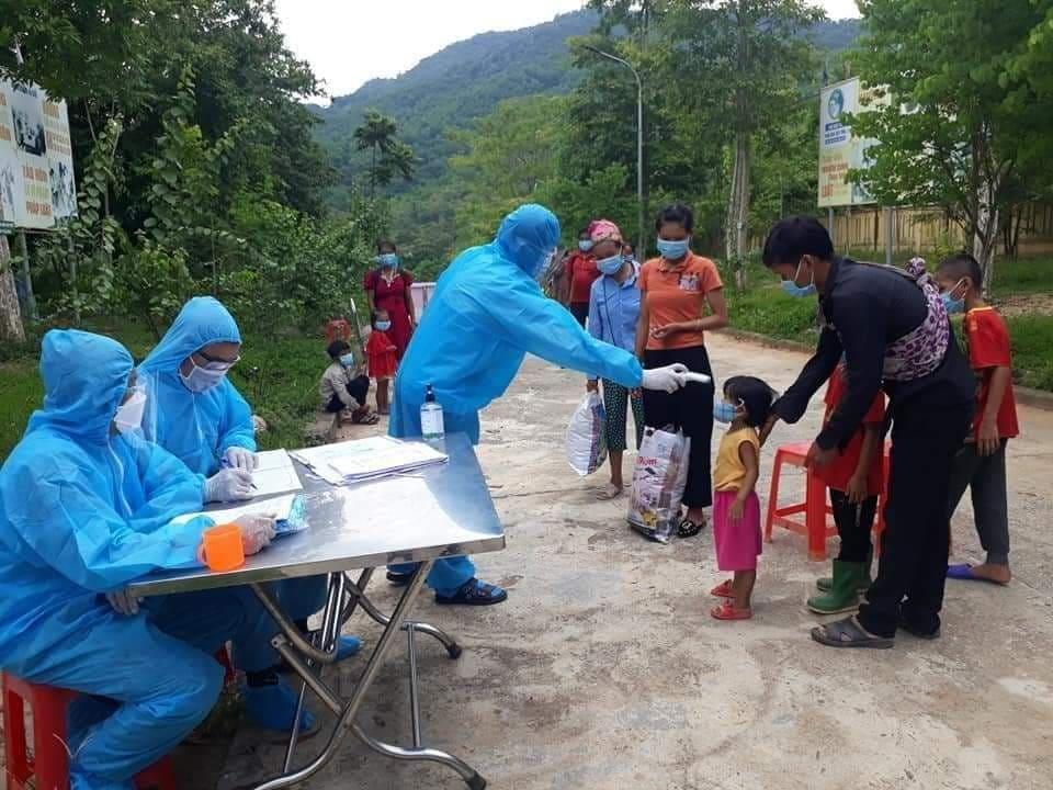 Nhiều trường hợp là trẻ em ở bản Chăm Puông được đưa đi cách ly do thuộc diện F1