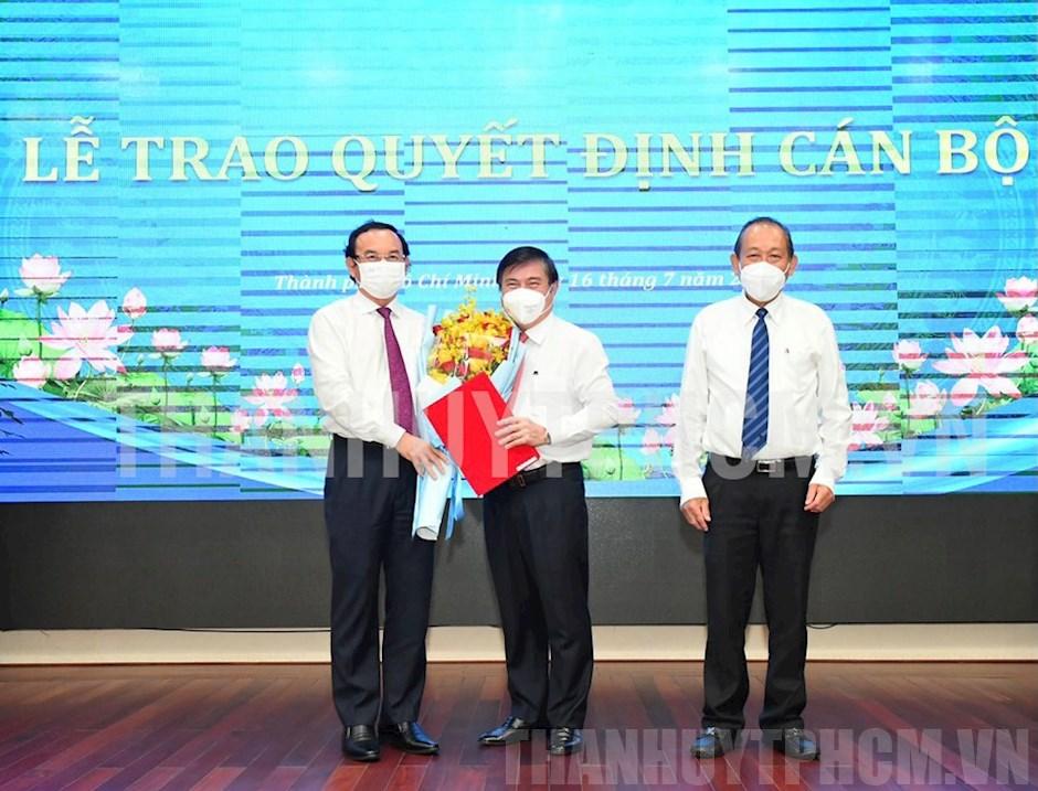 Bí thư Thành ủy Nguyễn Văn Nên tặng hoa chúc mừng đồng chí Nguyễn Thành Phong