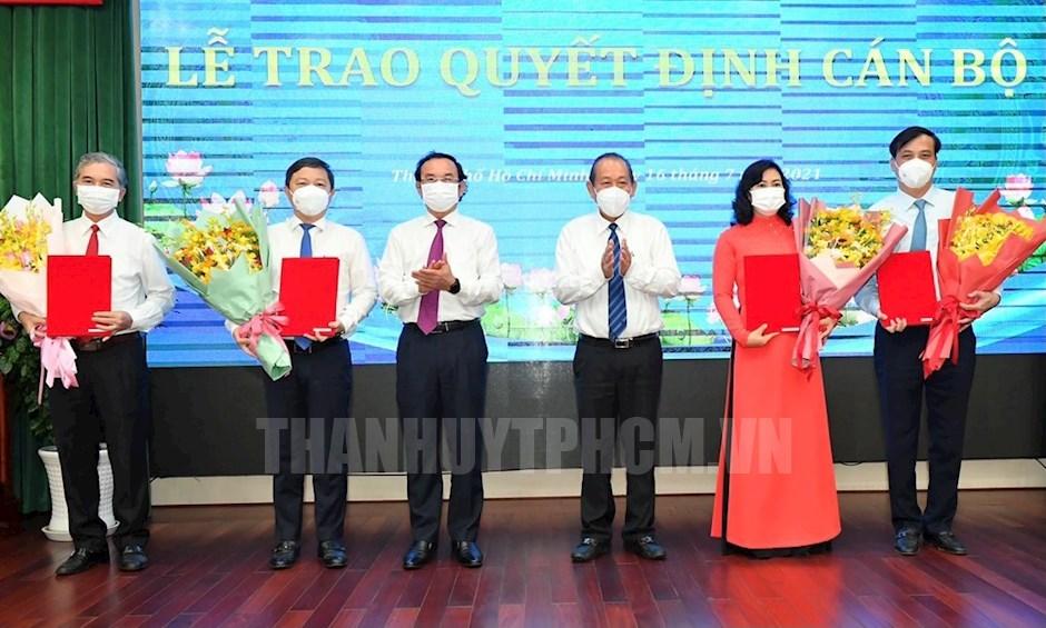 Phó Thủ tướng Thường trực Trương Hòa Bình và Bí thư Thành ủy Nguyễn Văn Nên trao quyết định và tặng hoa chúc mừng các Phó Chủ tịch UBND TP