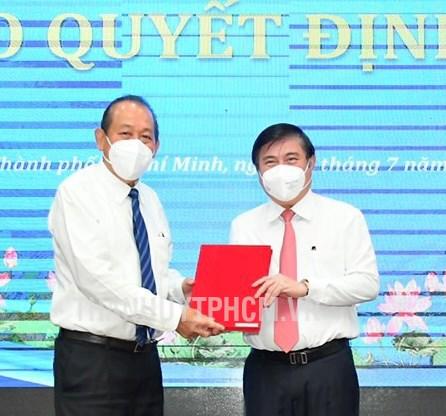Phó Thủ tướng Thường trực Trương Hòa Bình trao quyết định chúc mừng đồng chí Nguyễn Thành Phong