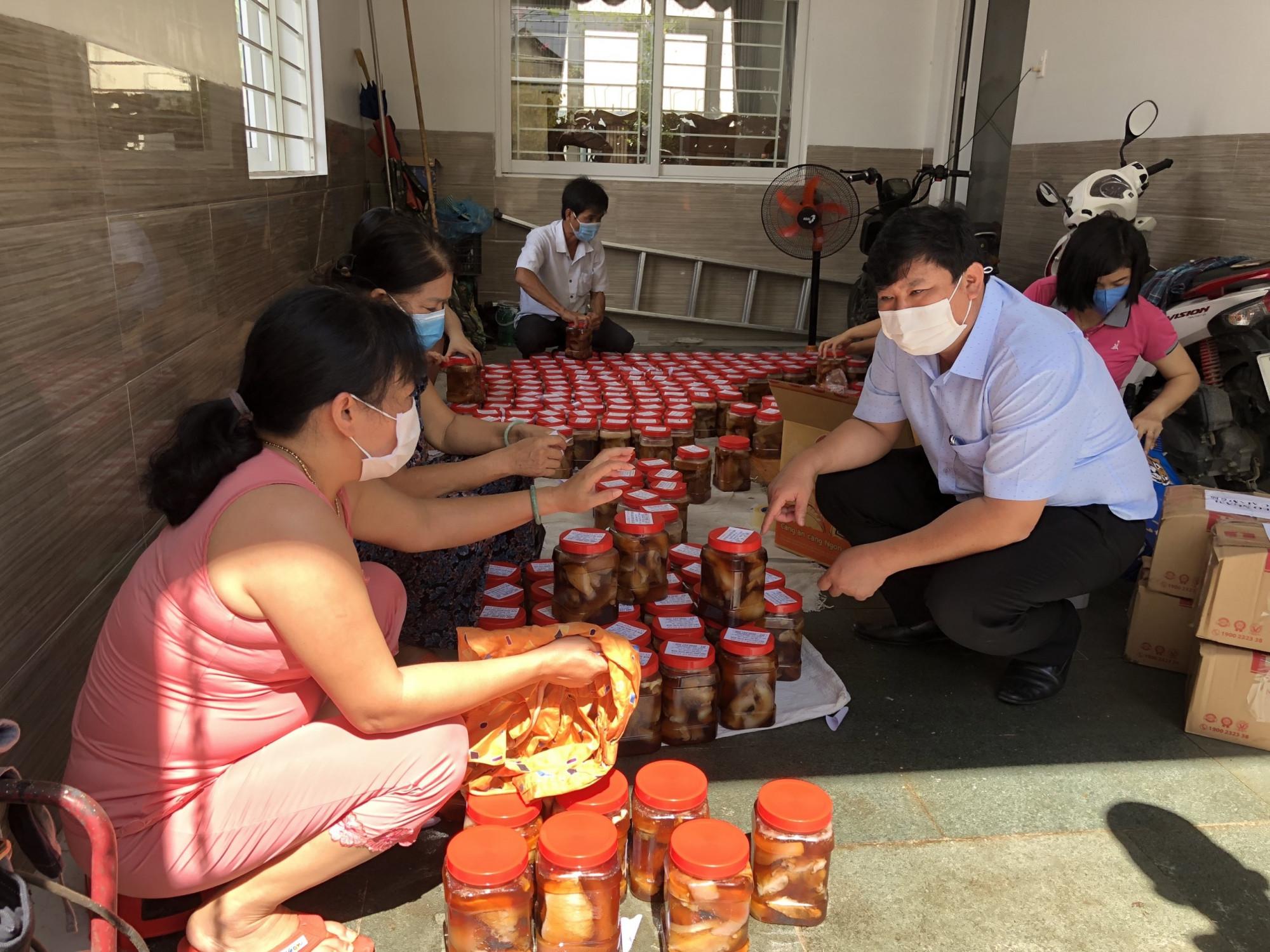 Người dân Quảng Ngãi đang chuẩn bị thực phẩm gửi vào TPHCM cho đồng hương - ảnh: Hội đồng hương Quảng Ngãi tại TPHCM cung cấp.