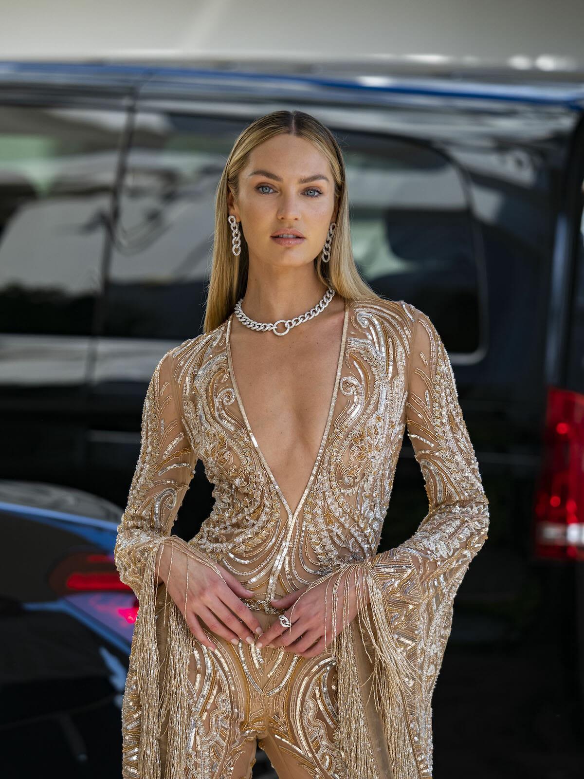 Siêu mẫu Nam Phi Candice Swanpoel tinh tế lựa chọn vòng cổ Catene của Pomellato với các mắt xích vàng trắng nạm kim cương trắng lấp lánh và hoa tai phù hợp với trang phục.