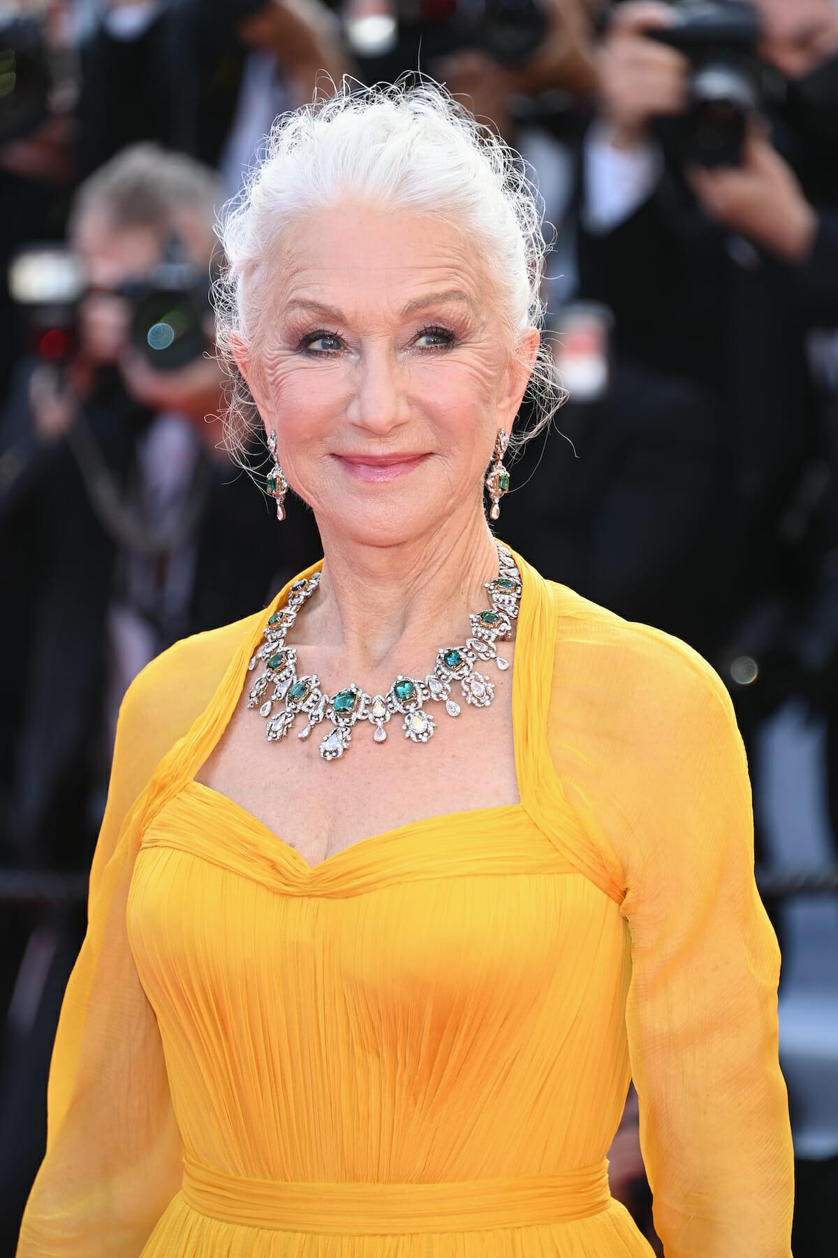 Helen Mirren như một nữ hoàng trong một bộ trang sức tinh xảo, những viên kim cương trắng và ngọc lục bảo.