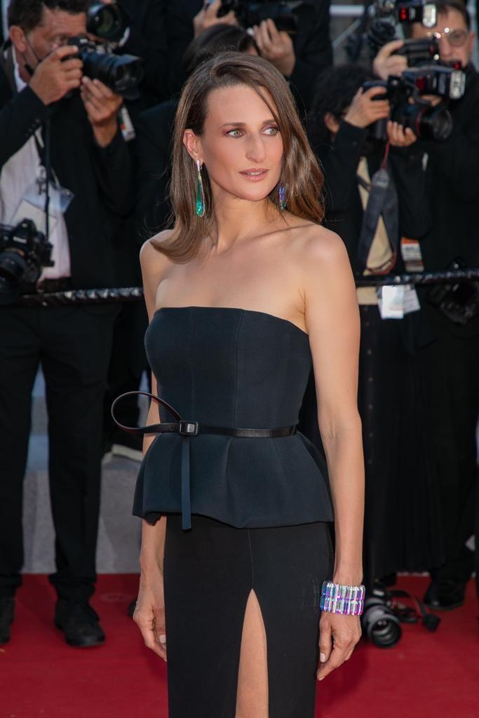 Nữ diễn viên người Pháp Camille Cottin đeo hoa tai mặt dây chuyền Prisme, được đính tinh thể đá ba chiều và kim cương bằng vàng trắng và kết hợp nó với vòng tay Prisme. Bộ này là một phần của bộ sưu tập trang sức cao cấp Carte Blanche, Holographique.
