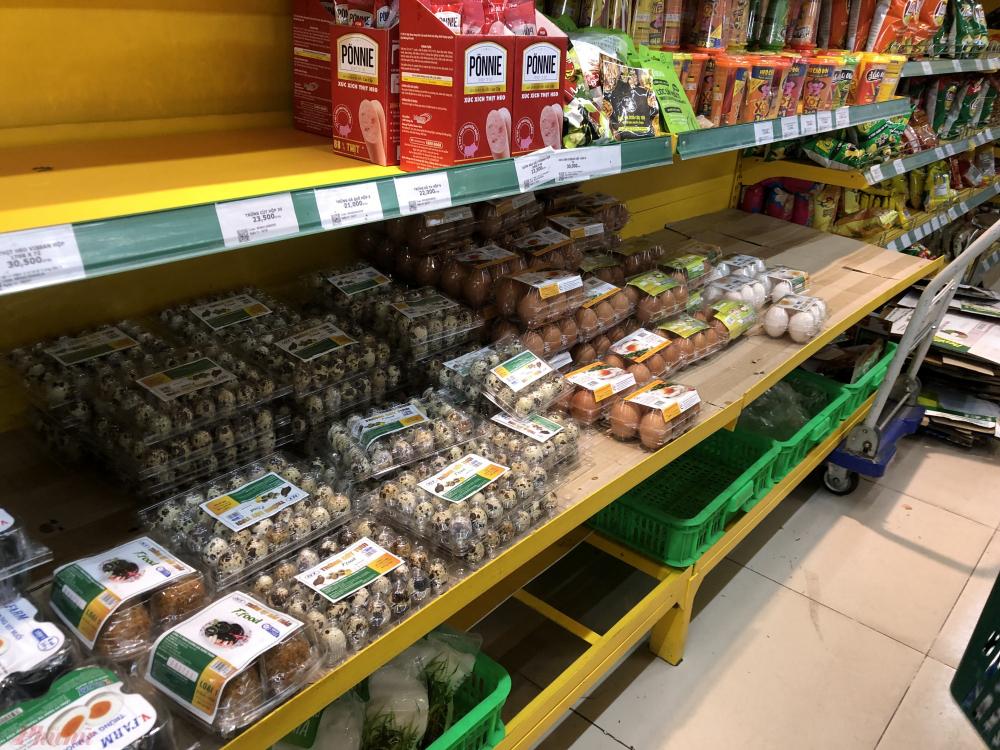 Kệ trứng tại một cửa hàng bách hóa quận Tân Bình, TPHCM những ngày đầu thực hiện giãn cách xã hội - Ảnh: Thanh Hoa