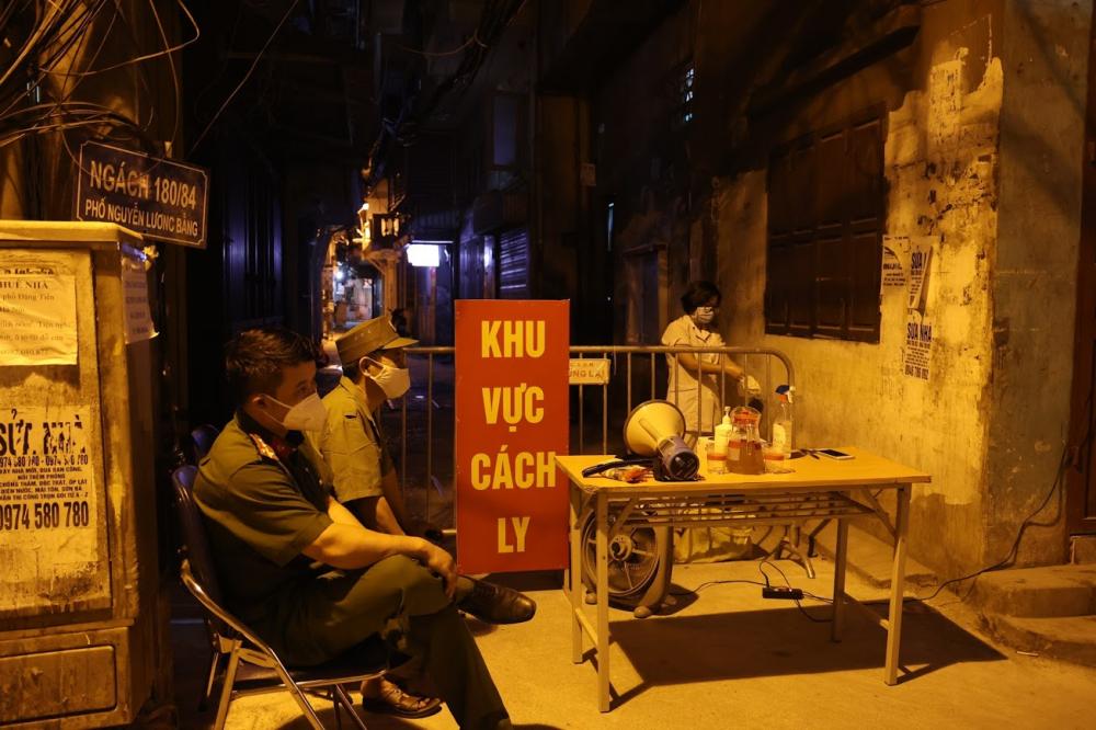 Ngay sau khi nhận được thông tin, Ban Chỉ đạo phòng, chống dịch phường Quang Trung đã thực hiện phong toả tạm thời nơi bệnh nhân sinh sống và đã có quyết định cách ly từ trước đó