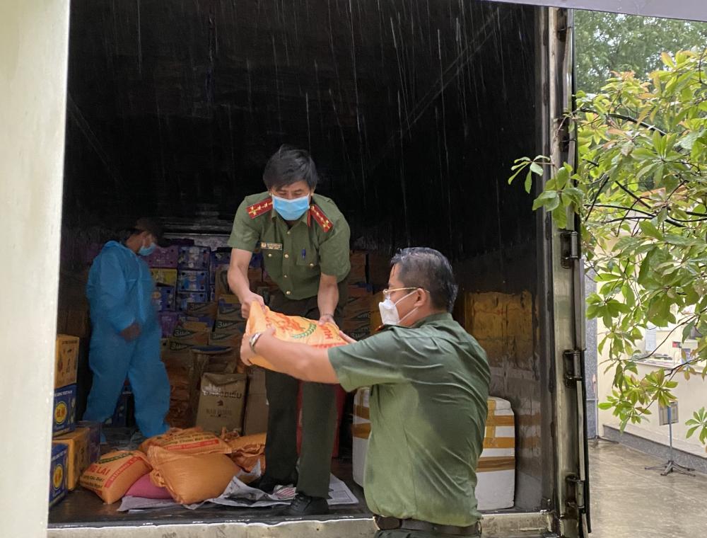 Chiều 15/7, những phần quà đầy ắp yêu thương của cán bộ, chiến sĩ Công an tỉnh Bình Thuận cũng đã tới TP.HCM.