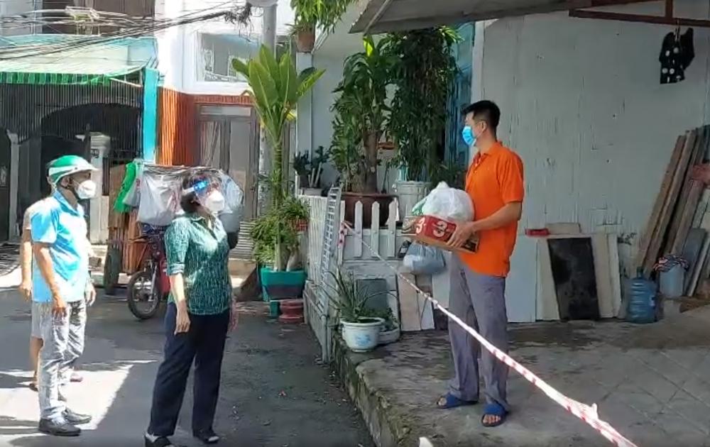 Bà Tô Thị Bích Châu thăm, động viên các gia đình gặp khó khăn vì dịch bệnh tại phường 14, Gò Vấp.